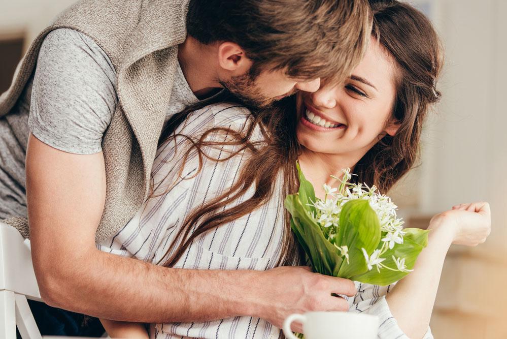 Сделать картинку, картинки мужчина дарит цветы любимой женщине